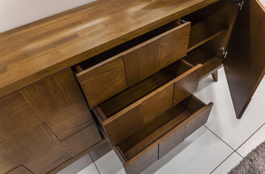 Λεπτομέρεια συρταριών και ντουλαπιών μπουφέ Ντέμυ (push-open)
